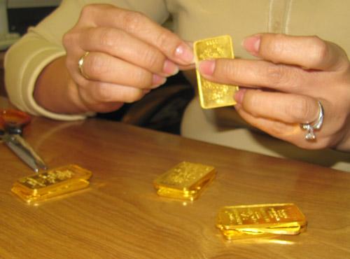 Giá vàng SJC rớt mạnh, vẫn cao hơn thế giới nửa triệu đồng/lượng - Ảnh 1.