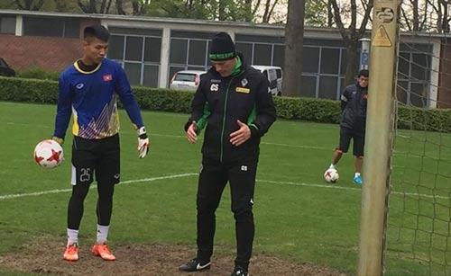 HLV Semmler hướng dẫn các thủ môn U20 Việt Nam. Ảnh: Mộc Nghênh
