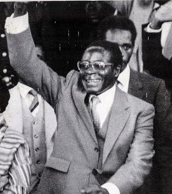 [e-Magazine] - Tổng thống Zimbabwe: Từ vị anh hùng thành kẻ tham quyền - Ảnh 2.