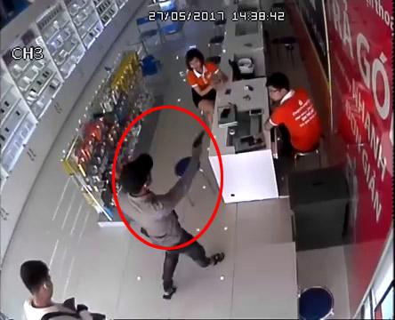 Cầm súng xông vào cửa hàng điện thoại để cướp - Ảnh 1.