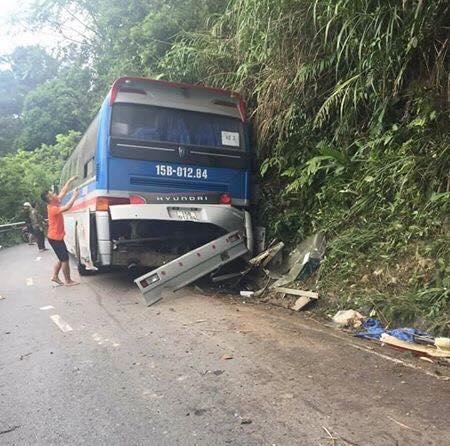 Xe khách tông vách núi Tam Đảo, 5 người thương vong - Ảnh 1.
