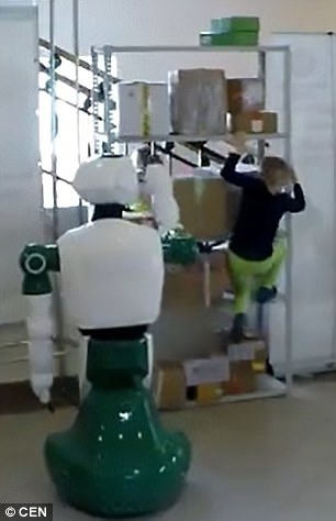 Cận cảnh Robot Nga cứu bé gái dù không được lập trình - Ảnh 2.