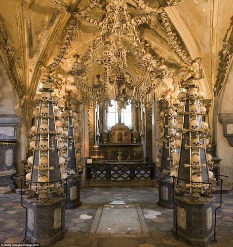 Bên trong nhà thờ trang trí bằng xương người độc nhất thế giới - Ảnh 1.