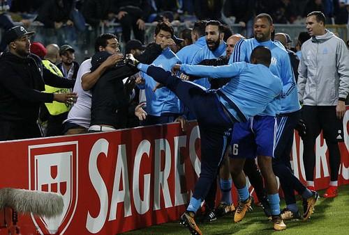 Kungfu huyền ảo, Patrice Evra bị đuổi khỏi Marseille - Ảnh 1.