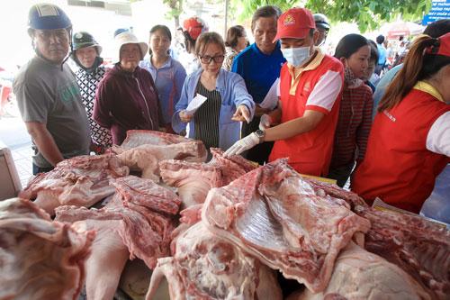 Giải cứu thịt heo hay cuộc chiến bán lẻ? - Ảnh 1.
