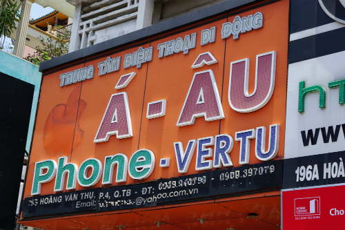 Một cửa hàng hiếm hoi thực hiện triệt để bằng cách tháo bỏ cả chữ i trong thương hiệu iPhone. Ảnh: Viễn Thông
