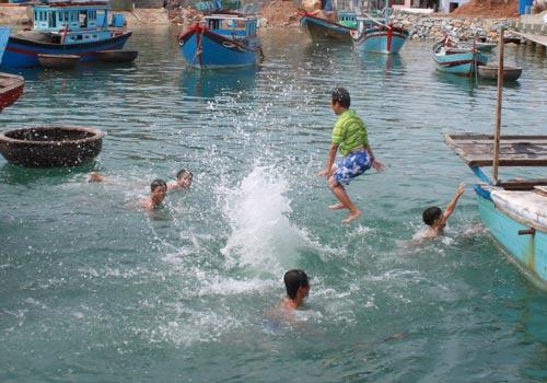 Học sinh TP Cam Ranh, tỉnh Khánh Hòa tập bơi trên biển khi trường không có hồ bơi
