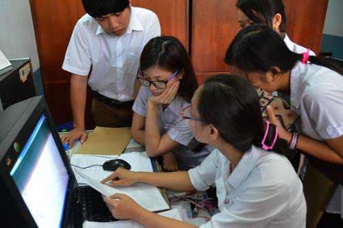 Thí sinh nộp hồ sơ đăng ký dự thi THPT quốc gia 2017 tại Trung tâm Giáo dục thường xuyên quận 10, TP HCM Ảnh: Tấn Thạnh