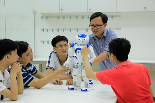 Học viên làm quen với robot