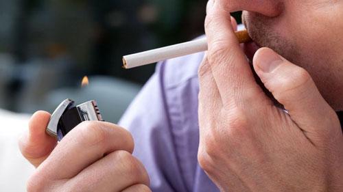 Cha mẹ hút thuốc lá làm tăng nguy cơ bệnh bạch cầu ở con Ảnh: FOX NEWS