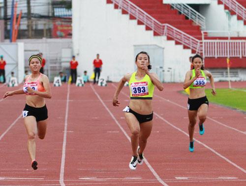 Tú Chinh (giữa) trên đường băng về đích ở cự ly 100 m nữ
