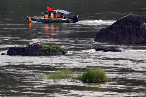 Thuyền Trung Quốc chở chuyên gia khảo sát sông Mekong tại biên giới giữa Lào và Thái Lan. Ảnh: Reuters
