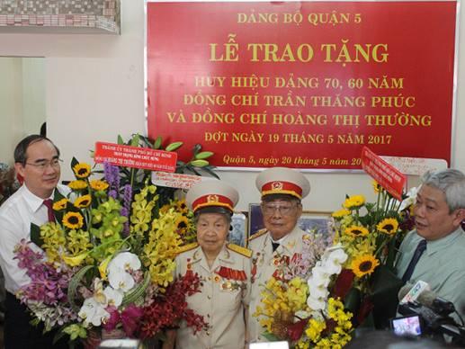 Bí thư Nguyễn Thiện Nhân trao huy hiệu Đảng cho đảng viên - Ảnh 1.