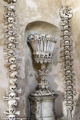 Bên trong nhà thờ trang trí bằng xương người độc nhất thế giới - Ảnh 2.