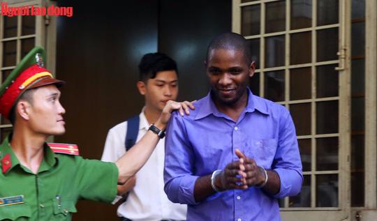Bị cáo David Katende Cibangu bị áp giải sau phiên tòa.