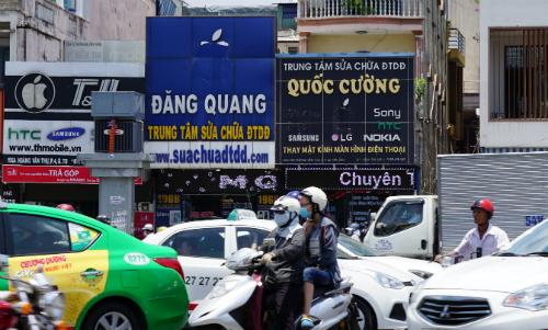 Hai cửa hàng trên đường Hoàng Văn Thụ, quận Tân Bình chỉ còn chừa phần lá của quả táo khuyết. Ảnh: Viễn Thông
