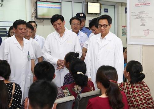 Phó Thủ tướng cảm ơn y - bác sĩ điều trị sốt xuất huyết - Ảnh 1.