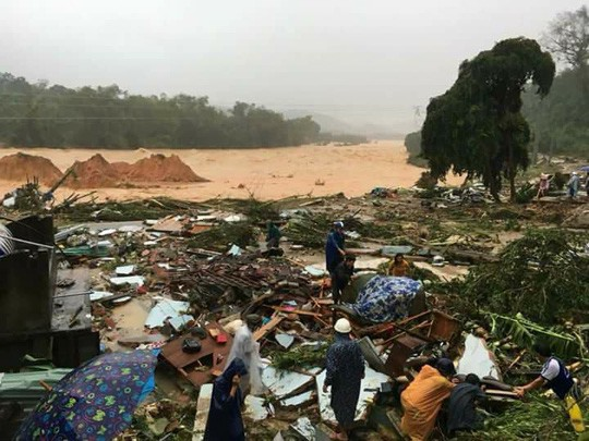 Sạt lở đất kinh hoàng ở xã Trà Giang, huyện Bắc Trà My khiến 1 người chết, nhiều người bị thương - Ảnh: Trần Thường (NLĐO)
