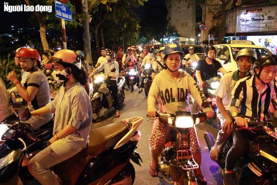 Đường nào cũng kẹt, dân Sài Gòn mệt mỏi trở về nhà - Ảnh 4.