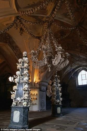 Bên trong nhà thờ trang trí bằng xương người độc nhất thế giới - Ảnh 3.