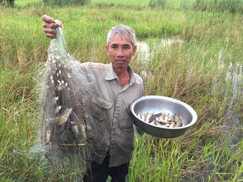 Lũ về sẽ giúp cho người dân bắt được nhiều cá, tôm Ảnh: NGỌC TRINH