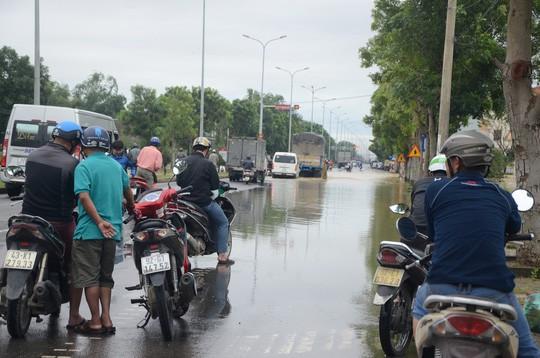 Nước lũ tại Huế lại lên, Đà Nẵng hàng ngàn hộ dân còn ngập - Ảnh 10.