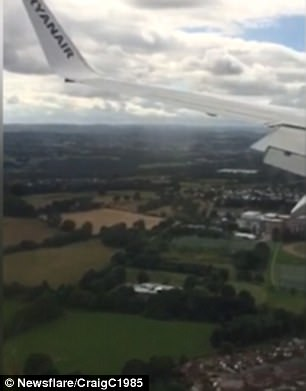 Hạ cánh lúc gió to, máy bay giật lắc văng cả hành khách - Ảnh 1.