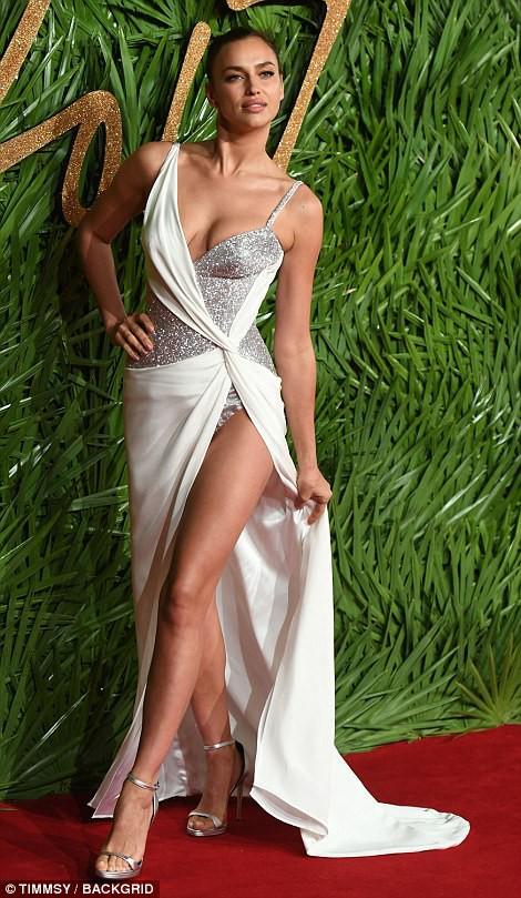 Chân dài tụ hội trên thảm đỏ giải thưởng thời trang - Ảnh 1.