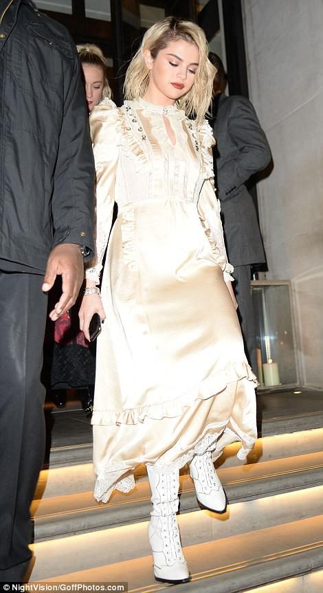 Chân dài tụ hội trên thảm đỏ giải thưởng thời trang - Ảnh 16.