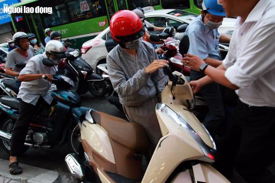 Đường nào cũng kẹt, dân Sài Gòn mệt mỏi trở về nhà - Ảnh 10.