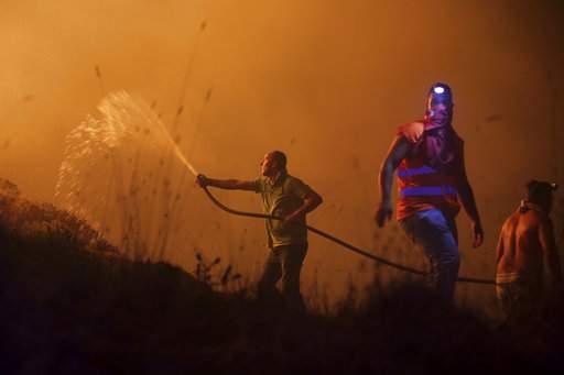 Bão mạnh làm mặt trời đỏ bất thường, thổi bùng cháy rừng - Ảnh 1.