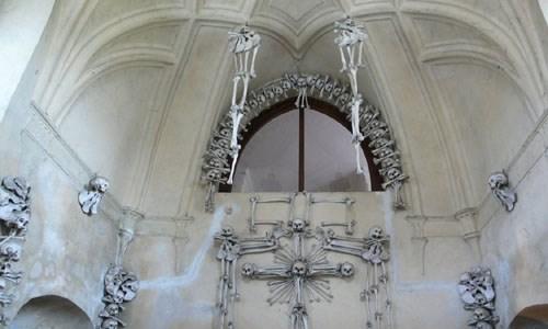 Bên trong nhà thờ trang trí bằng xương người độc nhất thế giới - Ảnh 6.