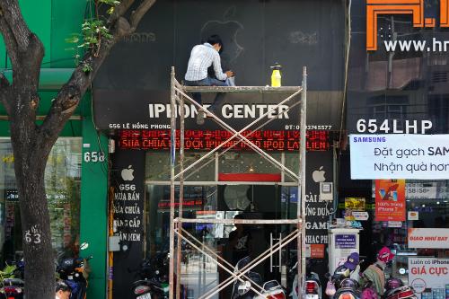 Một cửa hàng trên đường Lê Hồng Phong, quận 10 tháo bỏ logo Apple sáng 14-4. Ảnh: Viễn Thông