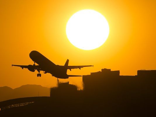Mỹ: Nắng nóng tới mức máy bay không cất cánh nổi - Ảnh 1.