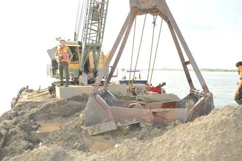 Một trong 15 sàn lan chở cát lậu trên sông Hậu bị lực lượng chức năng Công an TP Cần Thơ bắt giữ vào chiều 12-4 Ảnh: CA LINH