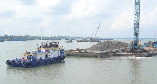 Khai thác cát rầm rộ ở hạ nguồn sông Tiền thuộc thủy phận xã Tân Thuận Tây, TP Cao Lãnh, tỉnh Đồng Tháp Ảnh: THỐT NỐT
