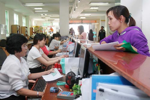 Người lao động làm thủ tục BHXH tại BHXH TP HCM Ảnh: HOÀNG TRIỀU