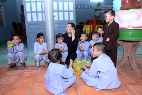 Ca sĩ Phi Nhung: Không thể lấy chồng vì quá đông con - Ảnh 3.
