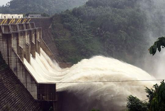 Yêu cầu thủy điện ngừng xả lũ để giải cứu 15 người - Ảnh 1.