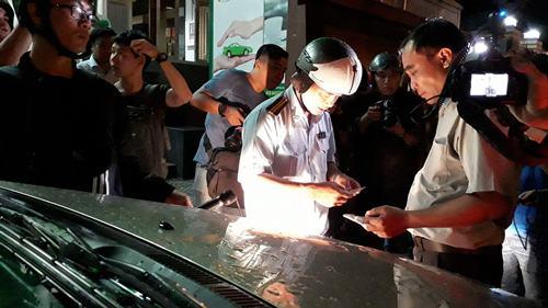 Ra quân trong đêm mưa, ông Đoàn Ngọc Hải hốt cả xe biển đỏ - Ảnh 2.