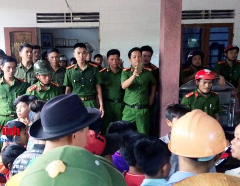 """Dân vây đòi xử"""", điều 2 xe cảnh sát bảo vệ người phụ nữ nghi bắt cóc trẻ em - Ảnh 1."""