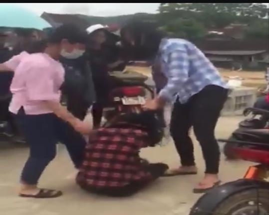 Nữ sinh THPT bị đánh túi bụi trong sự cổ vũ của nhiều học sinh - Ảnh 1.