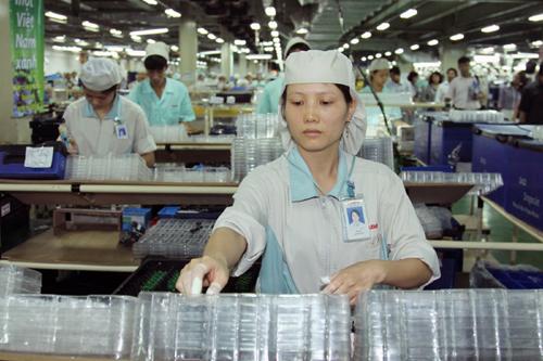 Lao động nữ chịu thiệt thòi về tiền lương, điều kiện làm việc - Ảnh 1.
