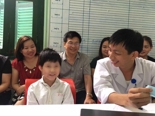 Bé trai 10 tuổi ghép tim từ người lớn xuất viện - Ảnh 1.