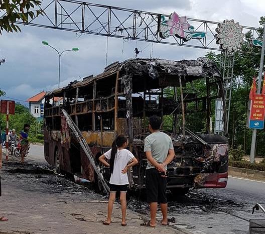 Xe khách giường nằm bất ngờ bốc cháy ngùn ngụt trên quốc lộ - Ảnh 2.