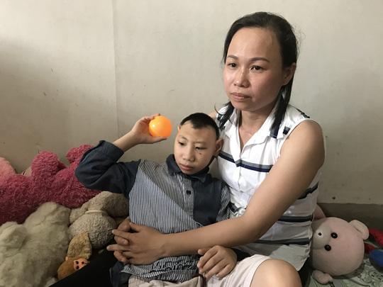 Người cha nuôi 2 con bị bại não xin lỗi các mạnh thường quân - Ảnh 2.