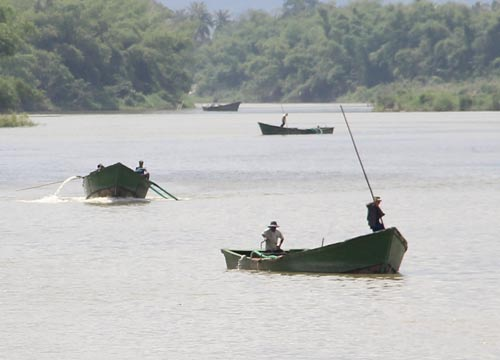 Các ghe hút cát lậu diễn ra công khai trên sông Cái, khu vực xã Diên Lâm, huyện Diên Khánh