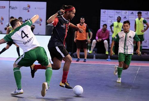 So tài futsal cùng Ryan Giggs, Ronaldinho - Ảnh 1.