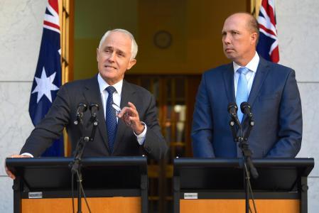 Thủ tướng Úc Malcolm Turnbull (trái) và Bộ trưởng Nhập cư Peter Dutton. Ảnh: Reuters