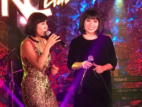 Lệ Thu Nguyễn cùng ca sĩ Cẩm Vân trên sân khấu